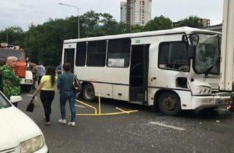 В результате столкновения маршрутного такси с грузовиком в Краснодаре, в больницу доставили 9 человек 12