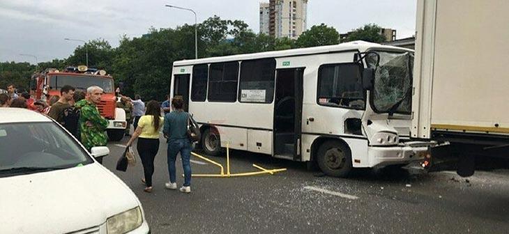 В результате столкновения маршрутного такси с грузовиком в Краснодаре, в больницу доставили 9 человек 1