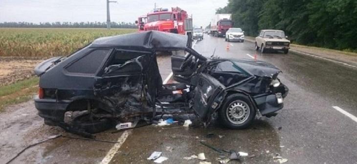 В Тимашевском районе при лобовом столкновении автомобиля погибла женщина 1