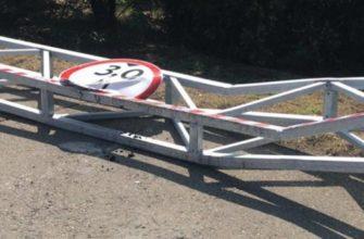 В Краснодаре на Яблоновском мосту автобус снёс габаритные рамы 8